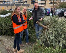 meisjes leveren kerstboom in en krijgen lootje